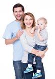 Porträt der glücklichen Familie mit kleinem Baby. Stockfotos
