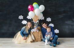 Porträt der glücklichen Familie mit mit zwei kleinen Kindern und Schoßhund Lizenzfreie Stockbilder