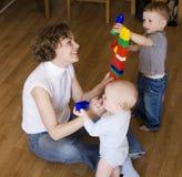 Porträt der glücklichen Familie, Mutter, die mit Söhnen spielt Lizenzfreie Stockfotos