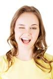 Porträt der glücklichen Frau blinkt ihr Auge Stockbilder