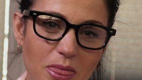 Porträt der glücklichen Frau, das Zunge zeigen stock footage