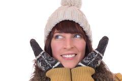 Porträt der glücklichen Frau im Winter mit Handschuhen und Kappe Stockbild