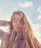 Porträt der glücklichen Frau lächelnd gegen klaren Himmel Stockbilder