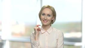 Porträt der glücklichen Frau mit durchdachtem Ausdruck stock footage