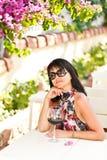 Porträt der glücklichen Frau mit Glas Rotwein im Café Lizenzfreies Stockfoto