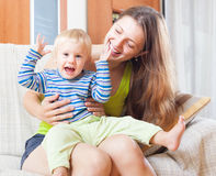 Porträt der glücklichen Frau mit Kleinkind Stockbilder