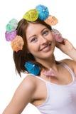 Porträt der glücklichen Frau mit Regenschirm für Getränke auf ihrem Kopf lizenzfreies stockfoto
