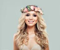 Porträt der glücklichen Frau mit Sommer-Blumen Stockfotografie