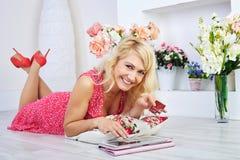 Porträt der glücklichen Frau online kaufen tuend Lizenzfreies Stockbild