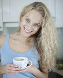 Porträt der glücklichen Frau Teeschale im Haus halten Lizenzfreies Stockbild