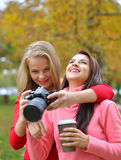 Porträt der glücklichen Frau zwei, die Fotos mit einer DSLR-Kamera macht Stockbilder