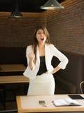 Porträt der glücklichen Geschäftsfrau in der Kaffeestube, nachdem einen wirklich eindrucksvollen Erfolg, Siegtanz genossen habend stockbilder