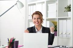 Porträt der glücklichen Geschäftsfrau etwas mit den Armen feiernd Lizenzfreie Stockfotografie