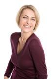 Porträt der glücklichen Greisin über weißem Hintergrund Lizenzfreie Stockfotos