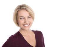 Porträt der glücklichen Greisin über weißem Hintergrund. Lizenzfreies Stockbild