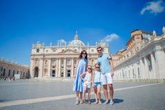 Porträt der glücklichen jungen Familie St Peter an der Basilikakirche in der Vatikanstadt, Rom Reiseeltern und -kinder auf Europä Stockfotos
