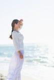 Porträt der glücklichen jungen Frau auf dem Seeufer, das Abstand untersucht Stockbilder