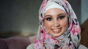 Porträt der glücklichen jungen nahöstlichen Frau zu Hause stock video footage