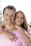 Porträt der glücklichen jungen Paarausgabenqualität setzen draußen Zeit fest Lizenzfreies Stockbild