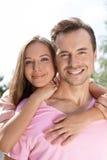 Porträt der glücklichen jungen Paarausgabenqualität setzen draußen Zeit fest Stockfotografie