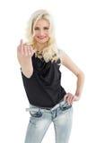 Porträt der glücklichen jungen zufälligen Frau mit dem blonden Haar Lizenzfreie Stockfotografie