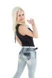 Porträt der glücklichen jungen zufälligen Frau mit dem blonden Haar Lizenzfreie Stockbilder