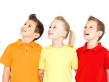 Porträt der glücklichen Kinder, die oben schauen Lizenzfreies Stockfoto