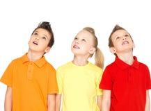 Porträt der glücklichen Kinder, die oben schauen Lizenzfreie Stockbilder
