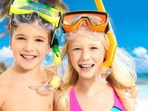 Porträt der glücklichen Kinder, die am Strand genießen Lizenzfreie Stockfotos