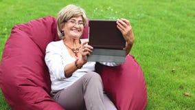 Porträt der glücklichen lächelnden älteren Frau stock video