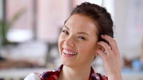 Porträt der glücklichen lächelnden asiatischen Frau im Büro stock footage