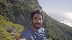 Porträt der glücklichen Mannstellung auf Berg stock video footage
