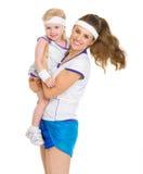 Porträt der glücklichen Mutter und des Babys in der Tenniskleidung Lizenzfreie Stockfotos