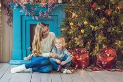 Porträt der glücklichen Mutter und entzückender Junge feiern Weihnachten Neues Jahr ` s Feiertage Kleinkind mit Mutter im festlic Stockbilder