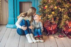 Porträt der glücklichen Mutter und entzückender Junge feiern Weihnachten Neues Jahr ` s Feiertage Kleinkind mit Mutter im festlic Lizenzfreie Stockfotos