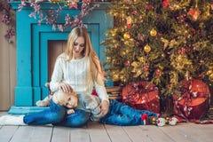 Porträt der glücklichen Mutter und entzückender Junge feiern Weihnachten Neues Jahr ` s Feiertage Kleinkind mit Mutter im festlic Stockfotos
