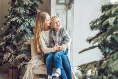 Porträt der glücklichen Mutter und entzückender Junge feiern Weihnachten Neues Jahr ` s Feiertage Kleinkind mit Mutter im festlic Lizenzfreie Stockbilder