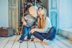 Porträt der glücklichen Mutter und entzückender Junge feiern Weihnachten Neues Jahr ` s Feiertage Kleinkind mit Mutter im festlic Stockbild