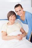 Porträt der glücklichen Pflegekraft mit älterer Frau Stockbild