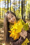 Porträt der glücklichen reizenden Jugendlichen im Forstbetrieb aut Stockfotos