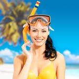 Porträt der glücklichen schönen Frau am Strand Stockbilder