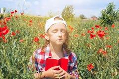Porträt der glücklichen schönen jungen Frau Auf dem Gebiet des Weizens lizenzfreies stockbild