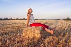 Porträt der glücklichen schönen jungen Frau Auf dem Gebiet des Weizens lizenzfreies stockfoto