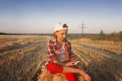 Porträt der glücklichen schönen jungen Frau Auf dem Gebiet des Weizens stockfoto