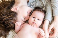 Porträt der glücklichen schönen Mutter und des netten neugeborenen Babys Stockbilder