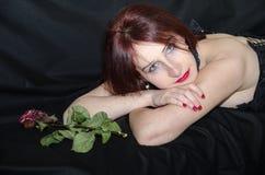 Gotische Frau mit stieg Lizenzfreies Stockbild