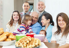 Porträt der großen Familie zu Hause Lizenzfreies Stockbild
