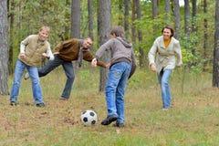 Porträt der großen glücklichen Familie, die Fußball im Park spielt stockbild