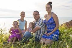 Porträt der großen glücklichen Familie, die Kamera während der Ferien betrachtet lizenzfreies stockbild