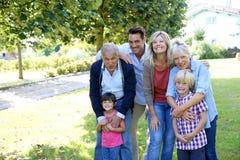 Porträt der großen glücklichen Familie draußen Lizenzfreie Stockfotos